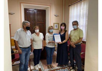 La alcaldesa de Biar recibe el dossier que recoge las vivencias de los refugiados de la Guerra de los Balcanes